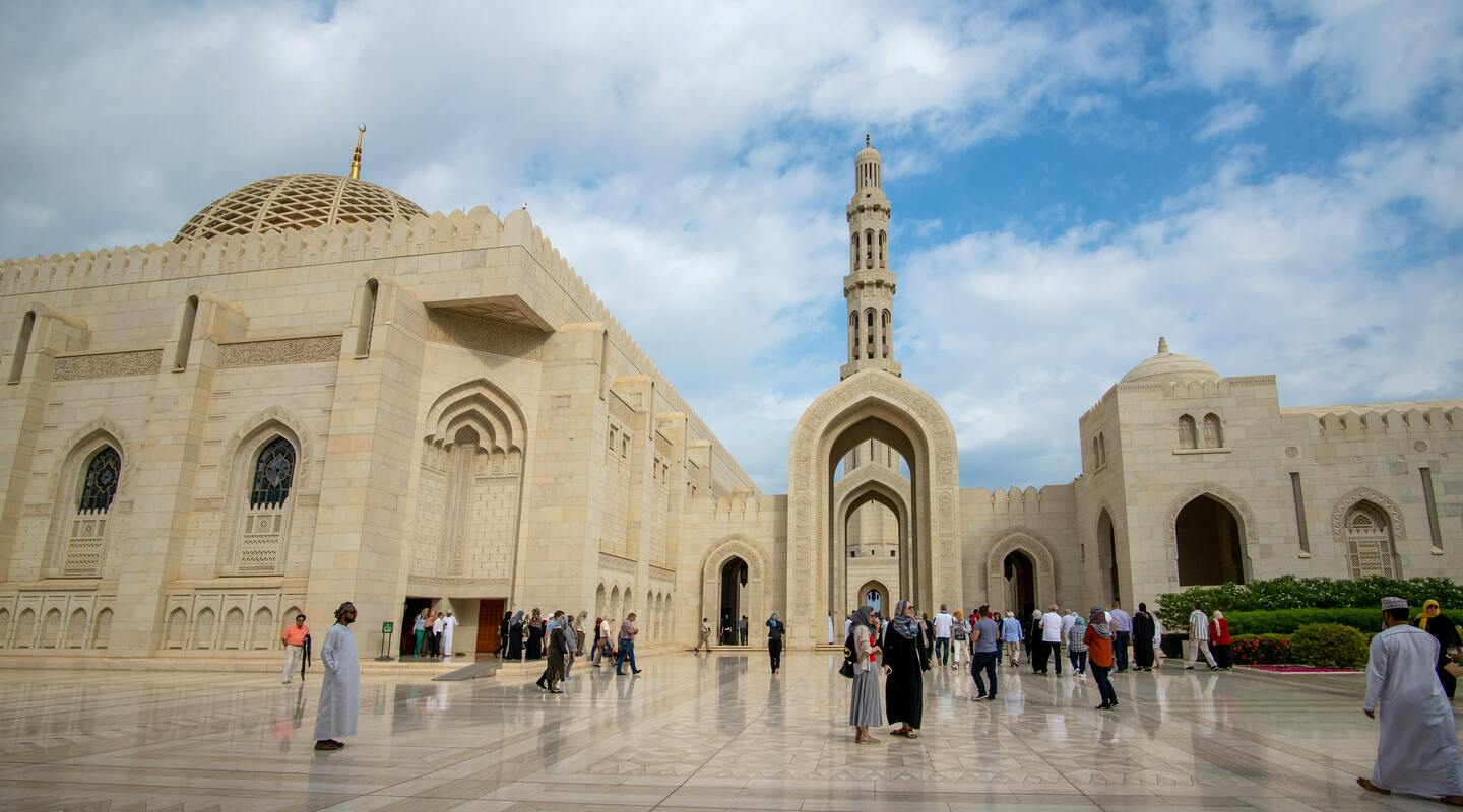 Sultan qaboos mosque  muskat  oman   photo by journaway rundreisen unsplash.com